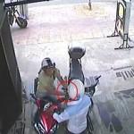 Hai thanh niên giả vờ mua bánh để bẻ khóa ăn trộm xe máy. Ảnh: Nguyễn Bật Hưng